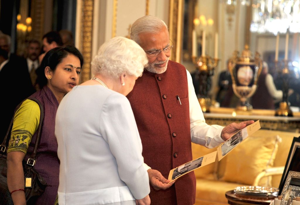 Prime Minister Narendra Modi`s presents gifts to Her Majesty Queen Elizabeth II, of the United Kingdom, in London on Nov. 13, 2015. - Narendra Modi