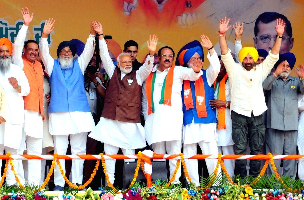 Prime Minister Narendra Modi, Shiromani Akali Dal (SAD) leader Parkash Singh Badal, Punjab BJP chief Shwet Malik, Union Minister Hardeep Singh Puri and BJP's Lok Sabha candidate from ... - Narendra Modi, Malik, Parkash Singh Badal and Hardeep Singh Puri