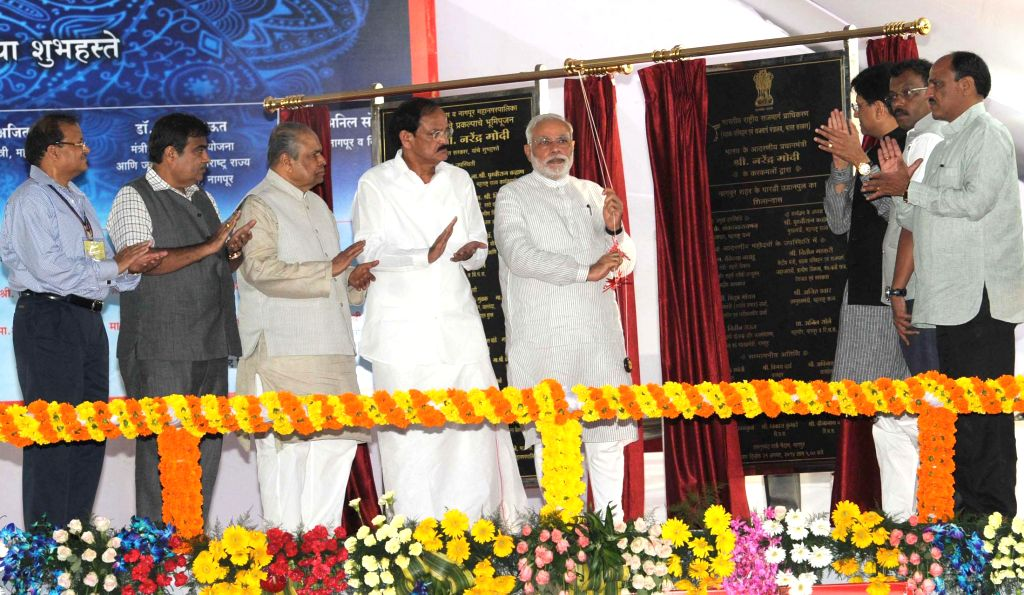 Prime Minister Narendra Modi unveils the plaque for the laying of the foundation stone for Pardi grade separator and flyover on NH-6, in Nagpur, Maharashtra on August 21, 2014. Also seen Maharashtra . - Narendra Modi and M. Venkaiah Naidu
