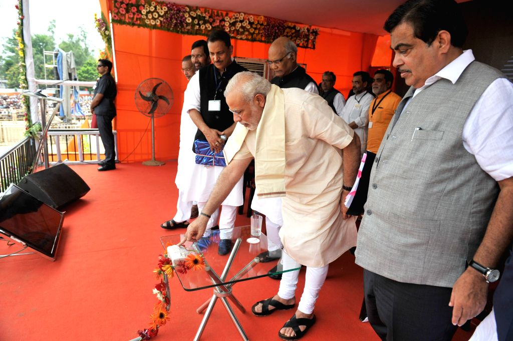 Prime Minister, Narendra Modi unveils the plaques for the inauguration of skill training centres, in Ara, of Bihar on Aug 18, 2015. Also seen the Governor of Bihar, Ram Nath Kovind and Union ... - Nitin Gadkari, Ramvilas Paswan, Rajiv Pratap Rudy, Narendra Modi and Nath Kovind
