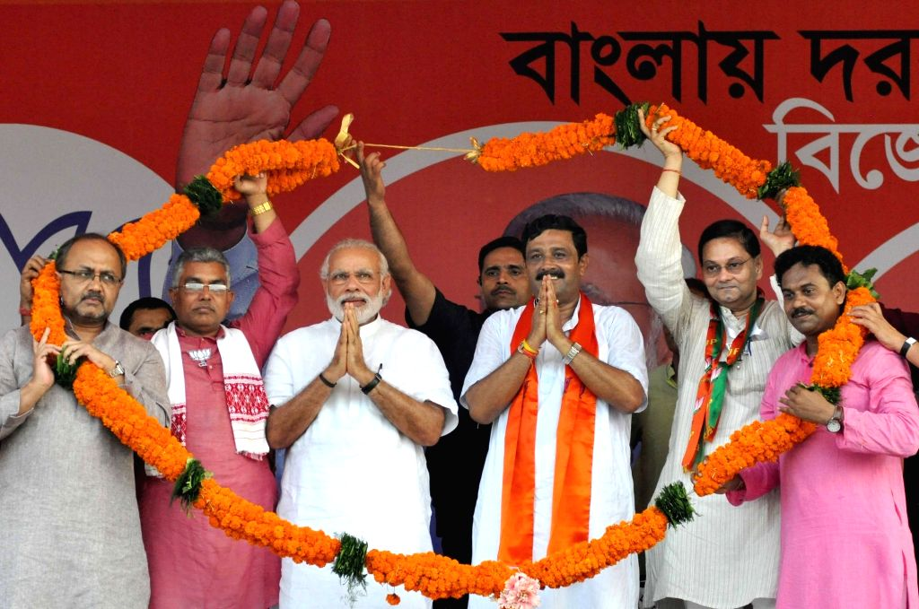 Prime Minister Narendra Modi with BJP leaders Rahul Sinha and Siddharth Nath Singh during a party rally in Kolkata, on April 17, 2016. Also seen Chandra Bose, the grand nephew of Netaji ... - Narendra Modi, Rahul Sinha, Siddharth Nath Singh and Chandra Bose