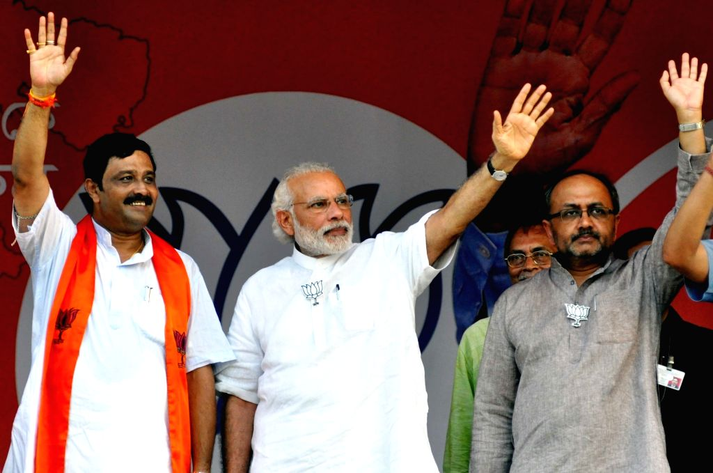 Prime Minister Narendra Modi with BJP leaders Rahul Sinha and Siddharth Nath Singh during a party rally in Kolkata, on April 17, 2016. - Narendra Modi, Rahul Sinha and Siddharth Nath Singh