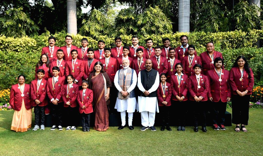 Prime Minister Narendra Modi with the winners of Rashtriya Bal Puraskar 2019 in New Delhi, on Jan 24, 2019. Also seen Union Women and Child Development Minister Maneka Gandhi. - Narendra Modi and Maneka Gandhi
