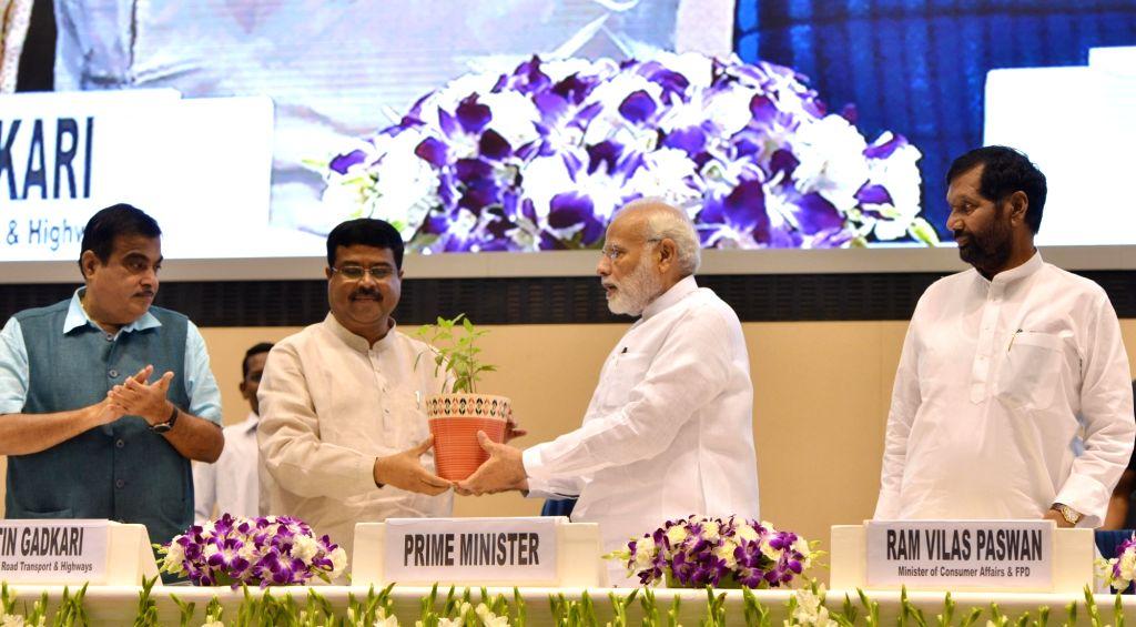 "Prime Minister Narendra Modi with Union Ministers Nitin Gadkari, Ram Vilas Paswan and Dharmendra Pradhan at the inaugural programm of the ""World Biofuel Day 2018"", in New Delhi, ... - Narendra Modi, Nitin Gadkari, Ram Vilas Paswan and Dharmendra Pradhan"