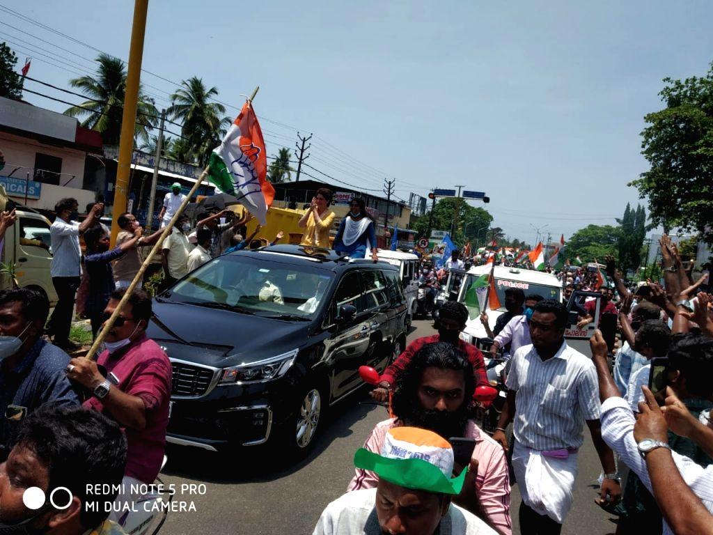 Priyanka Gandhi brings back memories of Indira Gandhi as huge crowds greet her - Priyanka Gandhi and Indira Gandhi