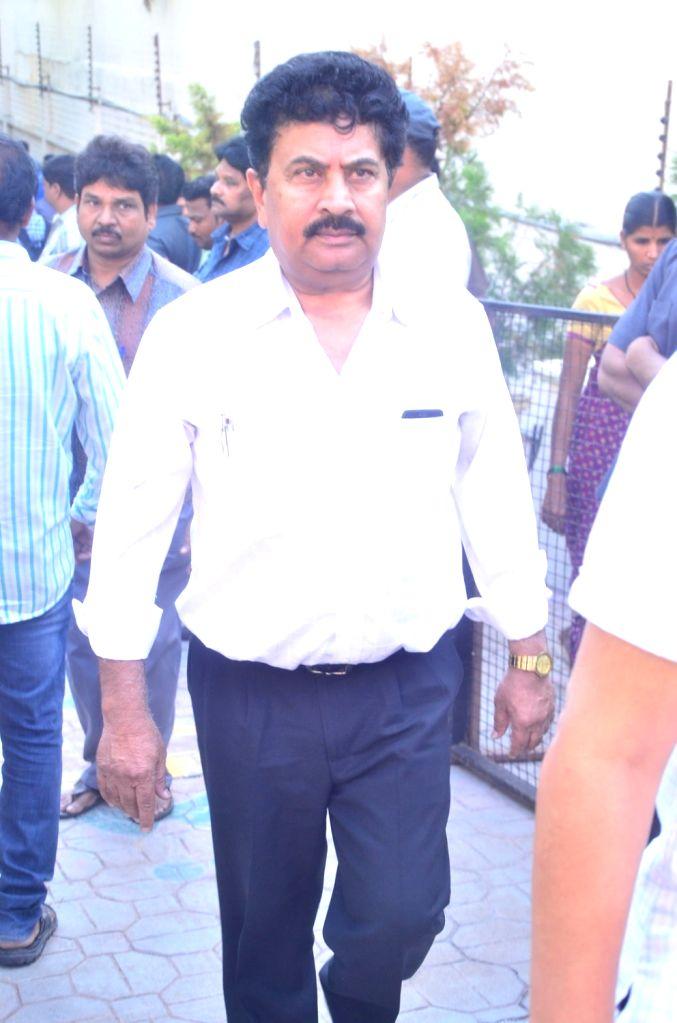 Producer Achi Reddy pays last respect to Dasari Narayana Rao at his residence. - Achi Reddy and Dasari Narayana Rao