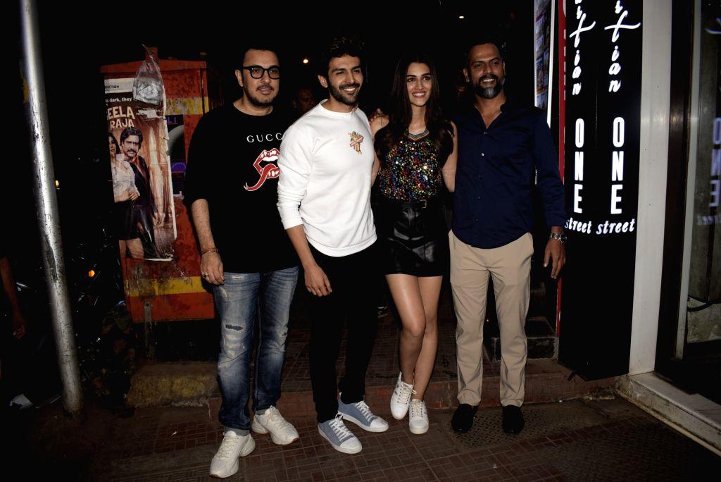 Producer Dinesh Vijan, actors Kartik Aaryan, Kriti Sanon and director Laxman Utekar at their film Luka Chuppi's wrap up party on Jan. 28, 2019 - Laxman Utekar, Kartik Aaryan and Kriti Sanon