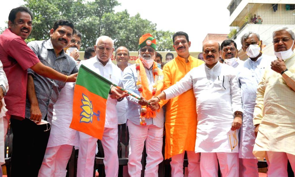 Prominent Dalit leader N. Mahesh joins BJP in K'taka.