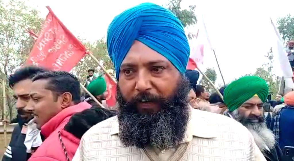 Protesting farmers keep Haryana, Delhi cops on toes.