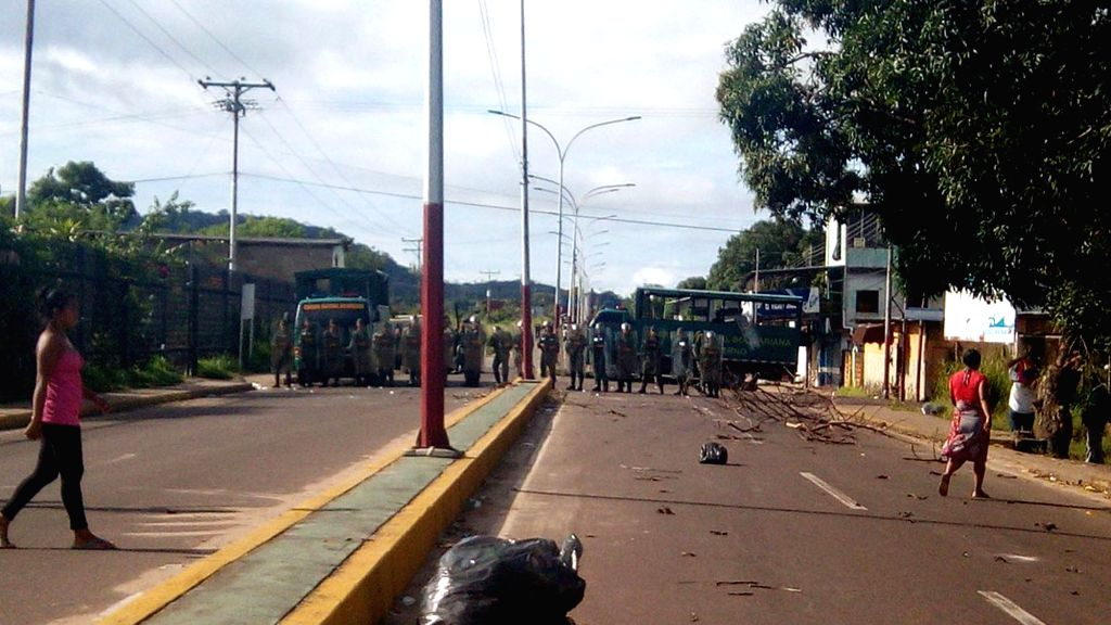 :PUERTO AYACUCHO(VENEZUELA), Aug. 17, 2017 Image taken on Aug. 16, 2017 shows members of the security force standing guard outside a detention center in Puerto Ayacucho, Amazonas state, ...