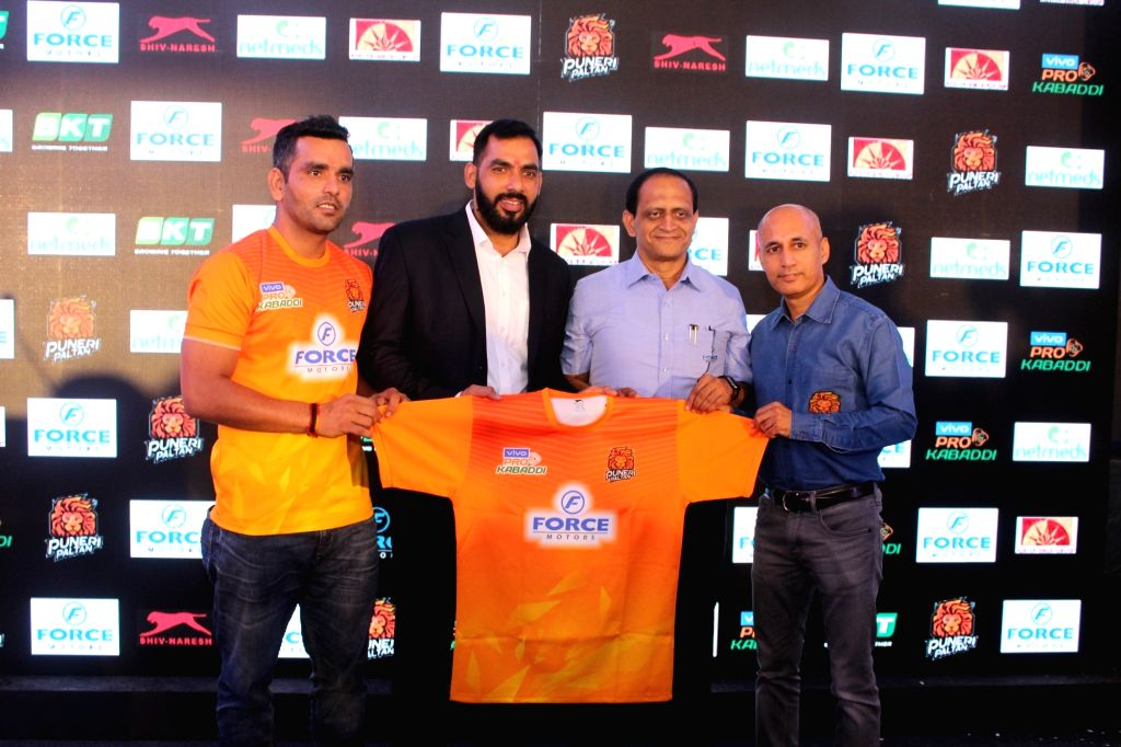 Puneri Paltan's newly appointed captain Surjeet Singh and coach Anup Kumar along with Force Motors Ltd Senior Vice President Makarand Kanade and Insurekot Sports CEO Kailash Kandpal, unveil the ... - Surjeet Singh and Anup Kumar