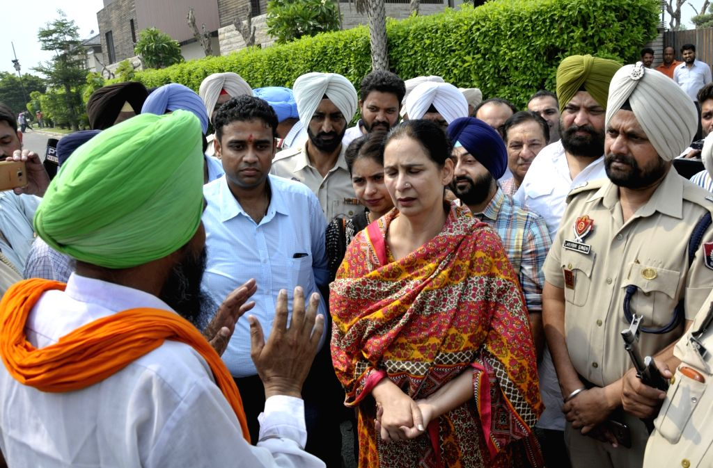 Punjab Cabinet Minister Navjot Singh Sidhu's wife Navjot Kaur meets farmers during their demonstration over loan waivers in Amritsar on Aug 19, 2017. - Navjot Singh Sidh and Navjot Kaur