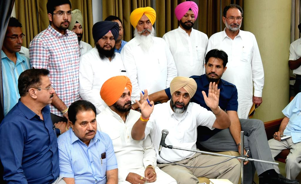 Punjab Cabinet Ministers Manpreet Badal and Navjot Singh Sidhu during a press conference in Chandigarh on June 16, 2017. - Manpreet Badal and Navjot Singh Sidhu