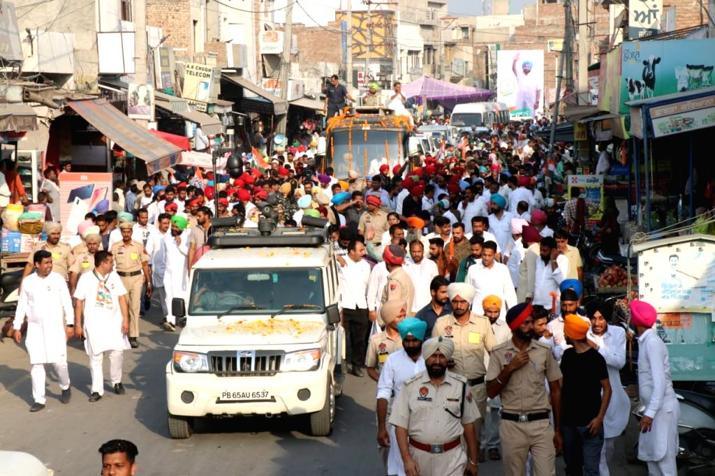 Punjab Chief Minister Amarinder Singh campaigns for Congress candidate Raminder Awla ahead of Jalalabad by-elections, at Jalalabad in Punjab's in Fazilka district on Oct 16, 2019. - Amarinder Singh