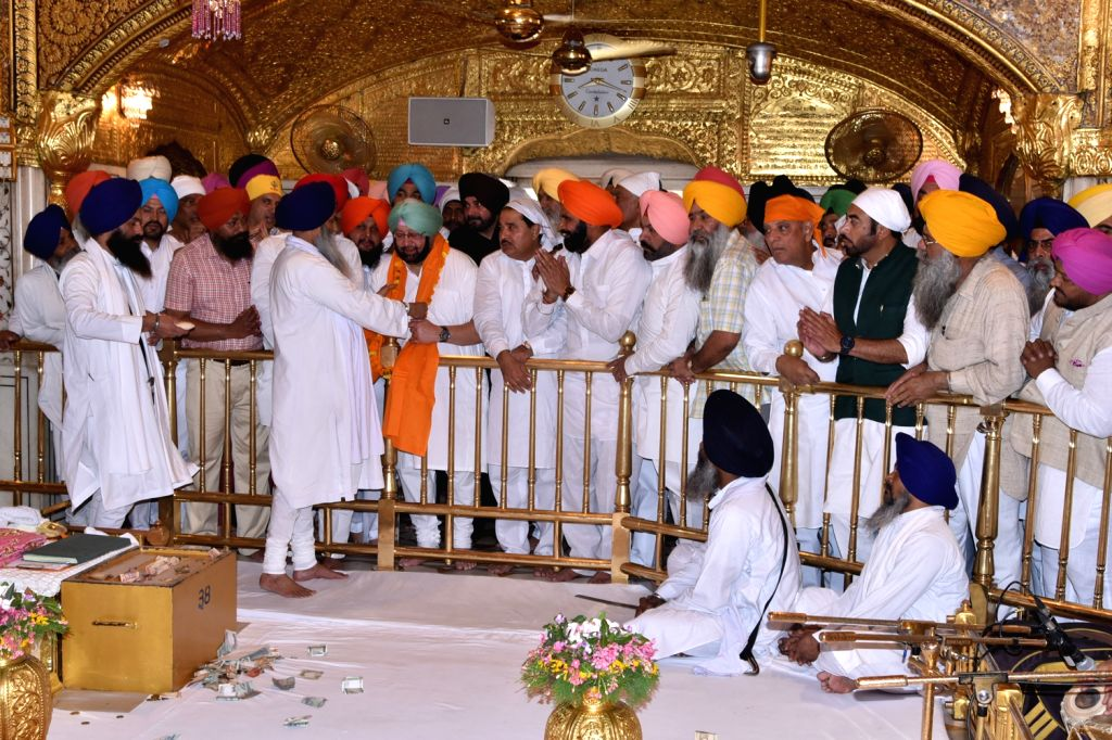 Punjab Chief Minister Capt. Amarinder Singh, PPCC President Sunil Jakhar along with Punjab cabinet minister Navjot Singh Sidhu and others congress ministers and leaders paying obeisance at ... - Capt, Amarinder Singh and Navjot Singh Sidhu