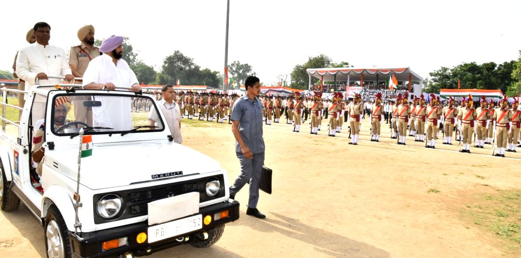 Punjab Chief Minister Captain Amarinder Singh inspects guard of honour during Independence Day parade at Gurudaspur in Punjab on Aug 15, 2017. - Captain Amarinder Singh