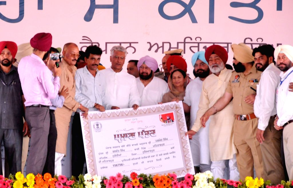 Punjab Chief Minister Captain Amarinder Singh, state Congress chief Sunil Kumar Jakhar and other leaders of the party during a rally organised to present debt waiver cheques to farmers, in ... - Captain Amarinder Singh and Sunil Kumar Jakhar