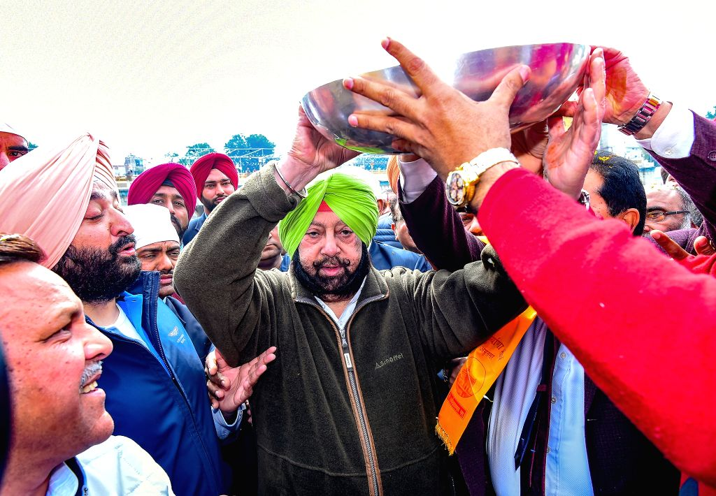 Punjab Chief Minister Captain Amarinder Singh performs 'kar sewa' at Durgiana Temple in Amritsar on March 4, 2019. - Captain Amarinder Singh