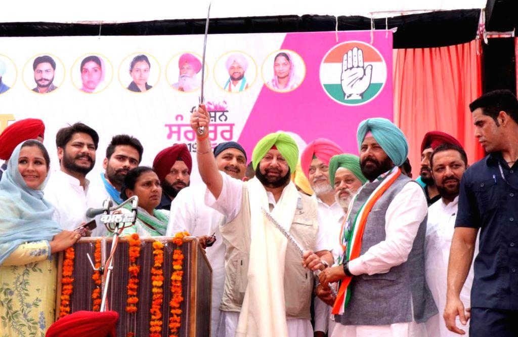 Punjab Chief Minister Captain Amarinder Singh accompanied by Congress Lok Sabha candidate from Sangrur, Kewal Singh Dhillon, during a public rally, in Punjab's Sangrur, on April 24, 2019. - Captain Amarinder Singh and Kewal Singh Dhillon