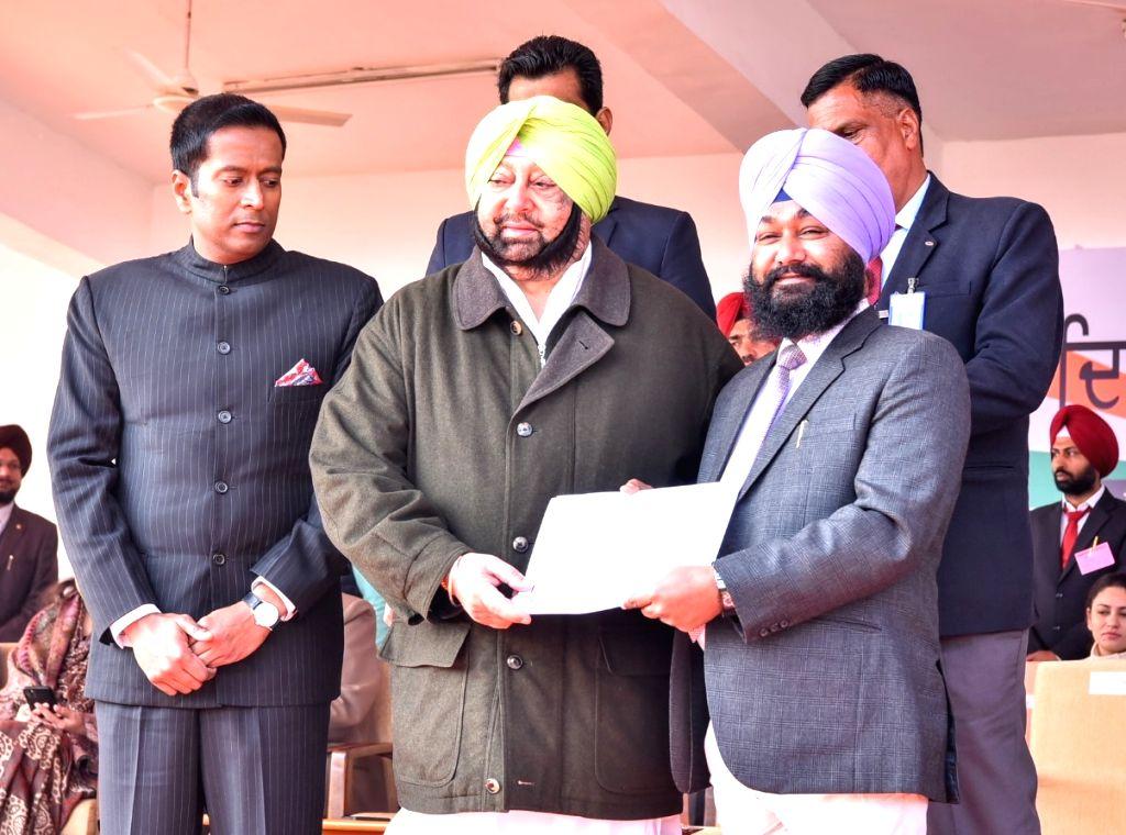 Punjab Chief Minister Captain Amarinder Singh honours social worker Paramdeep Singh Bhabat during the 71st Republic Day celebrations in SAS Nagar district on Jan 26, 2020. - Captain Amarinder Singh and Paramdeep Singh Bhabat