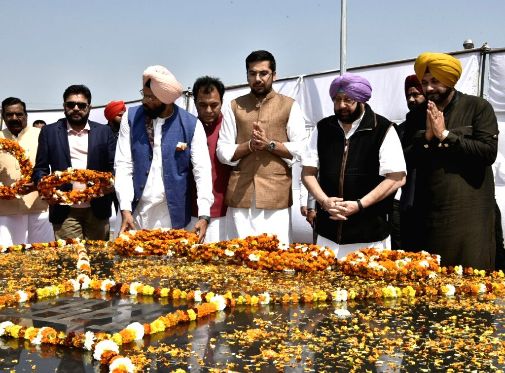 Punjab Chief Minister Captain Amarinder Singh and Minister Navjot Singh Sidhu pay tribute to Bhagat Singh, Rajguru and Sukhdev on their Martyrdom Day in Jalandhar on March 23, 2018. (Photo ... - Captain Amarinder Singh, Navjot Singh Sidhu and Bhagat Singh