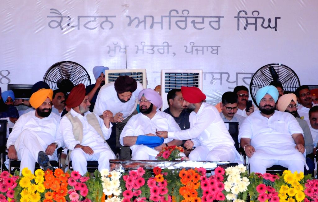 Punjab Chief Minister Captain Amarinder Singh and Congress leaders during a rally organised to present debt waiver cheques to farmers, in Gurdaspur on April 5, 2018. - Captain Amarinder Singh