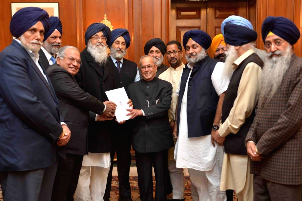 Punjab Chief Minister Parkash Singh Badal and Deputy Chief Minister Sukhbir Singh Badal calls on President Pranab Mukherjee in New Delhi on Nov 28, 2016. - Parkash Singh Badal, Sukhbir Singh Badal and Pranab Mukherjee