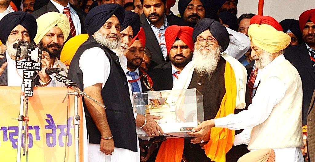 Punjab Chief Minister Parkash Singh Badal, Punjab Deputy Chief Minister Sukhbir Singh Badal and others during a programme in Bhatinda of Punjab on Nov 23, 2015. - Parkash Singh Badal and Sukhbir Singh Badal