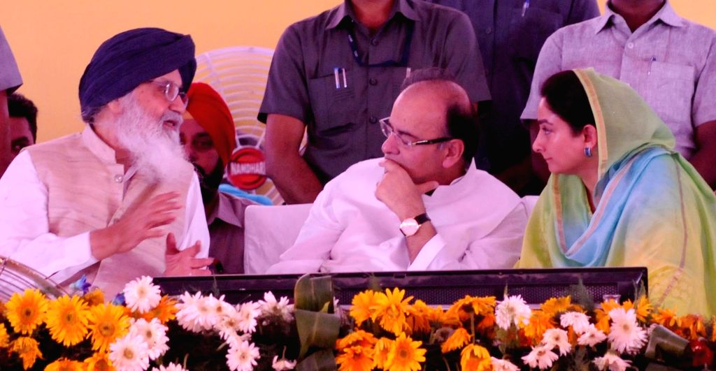 Punjab Chief Minister Parkash Singh Badal with Union Minister for Finance, Corporate Affairs, and Information and Broadcasting Arun Jaitley and Union Minister of Food Processing Industries ... - Parkash Singh Badal and Arun Jaitley