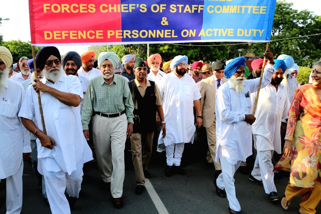 Punjab Congress chief Captain Amarinder Singh along with ex-servicemen march towards the Punjab Governor house in Chandigarh on Sept 15, 2016. - Amarinder Singh