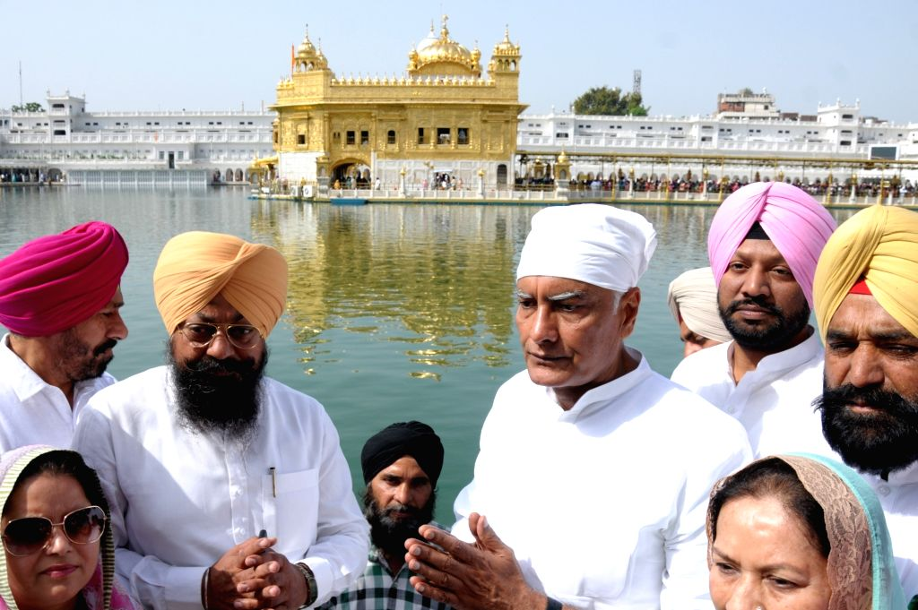 Punjab Congress President and party's Lok Sabha candidate from Gurdaspur, Sunil Kumar Jakhar offers prayers at the Golden Temple, in Amritsar, on April 26, 2019. - Sunil Kumar Jakhar