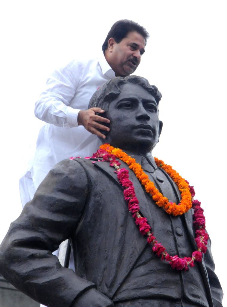 Punjab Congress Vice President OP Soni paying tribute on Martyrdom day of legendary freedom fighter Madan Lal Dhingra on his 104th death anniversary held at Amritsar on  August 17, 2013. (Photo::: ...