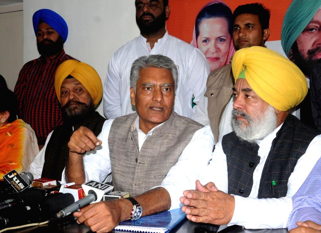 Punjab Congress vice-president Sunil Jakhar addresses a press conference in Amritsar on Nov 16, 2016.