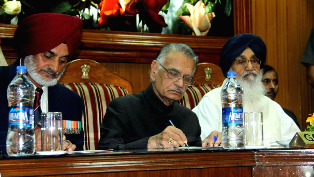 Punjab Governor and Administrator UT Chandigarh, Shivraj V. Patil with newly appointed chairman of Punjab Public Service Commission (PPSC) Lt. Gen. (Retd.) Tejwant Singh Gill at Raj Bhavan in ... - Shivraj V. Patil and Tejwant Singh Gill
