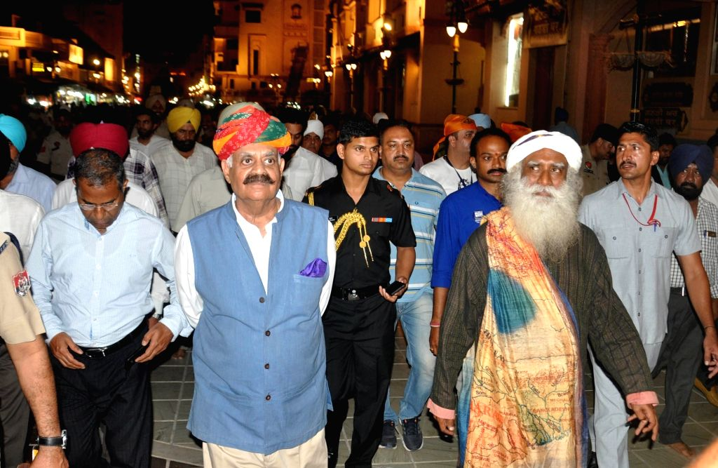 Punjab Governor and Chandigarh administrator V P Singh Badnore and Isha Foundation founder Sadhguru Jaggi Vasudev pay obeisance at the Golden Temple in Amritsar, on Sept 29, 2017.