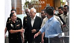 PUTRAJAYA, May 24, 2018 - Former Malaysian Prime Minister Najib Razak (C) arrives at the headquarters of the Malaysian Anti-Corruption Commission (MACC) in Putrajaya May 24, 2018. Najib Razak ... - Najib Razak