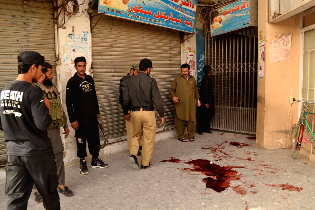 Policemen inspect the attack site outside a mosque in southwest Pakistan's Quetta, May 25, 2015. At least three people including one woman were killed in an attack ...