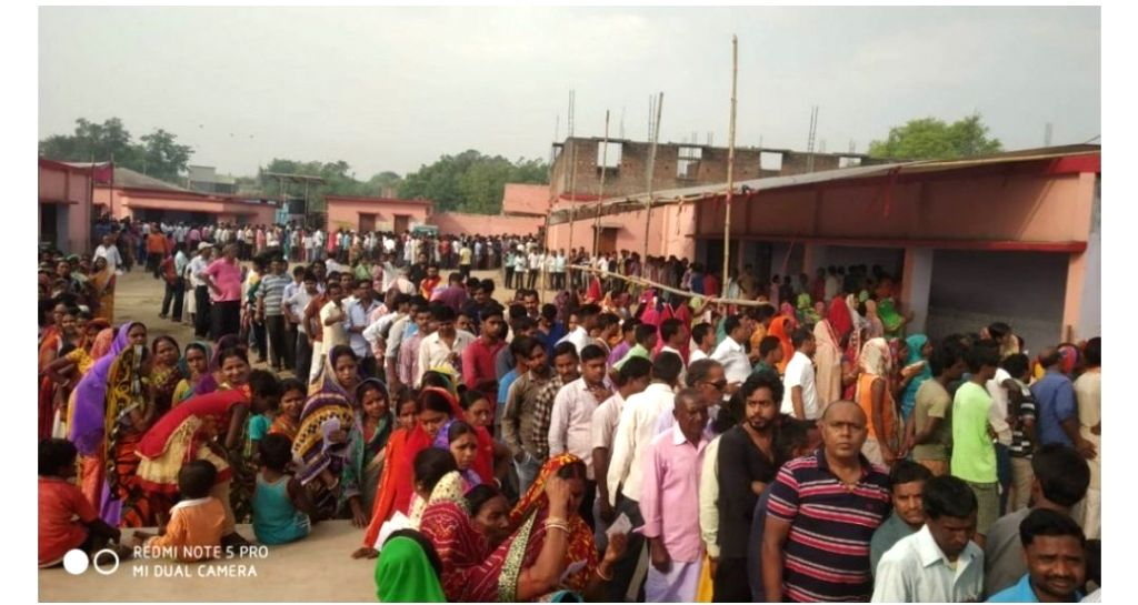 Queue up to cast their votes during the sixth phase of 2019 Lok Sabha elections, in Bokaro, Jharkhand on May 12, 2019.