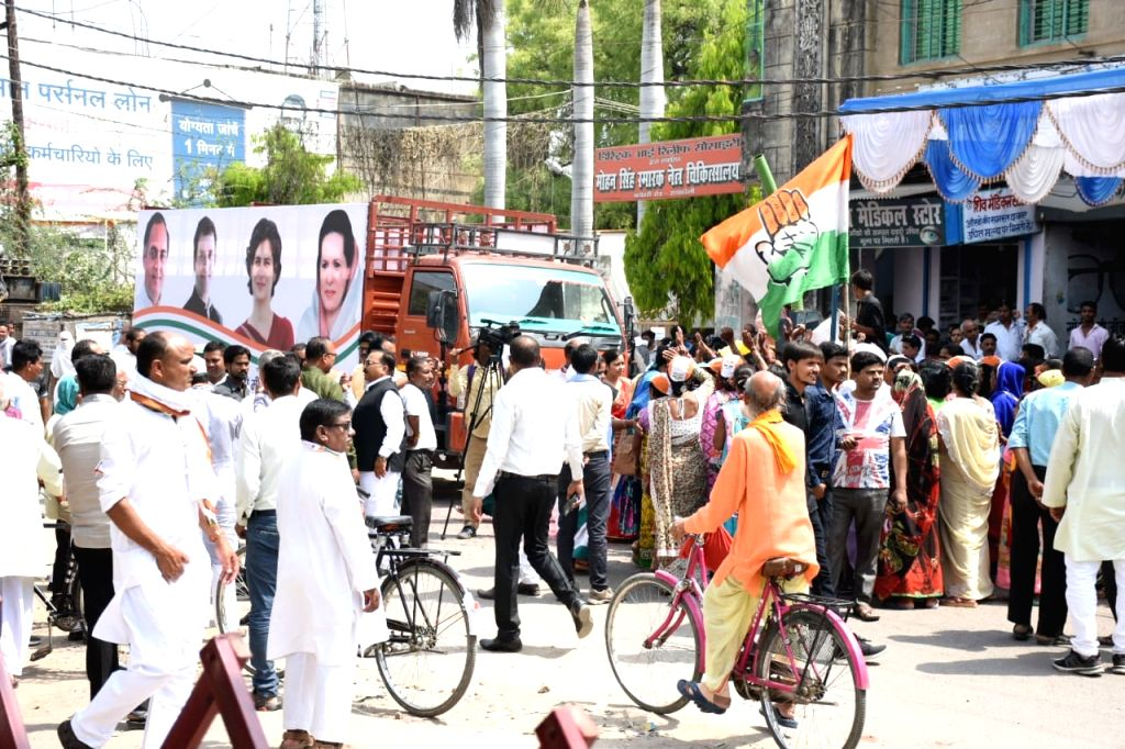 Rae Bareilly (UP): Congress supporters during Congress' Lok Sabha candidate from Rae Bareilly, Sonia Gandhi's roadshow in Uttar Pradesh's Rae Bareilly, on April 11, 2019. - Sonia Gandhi