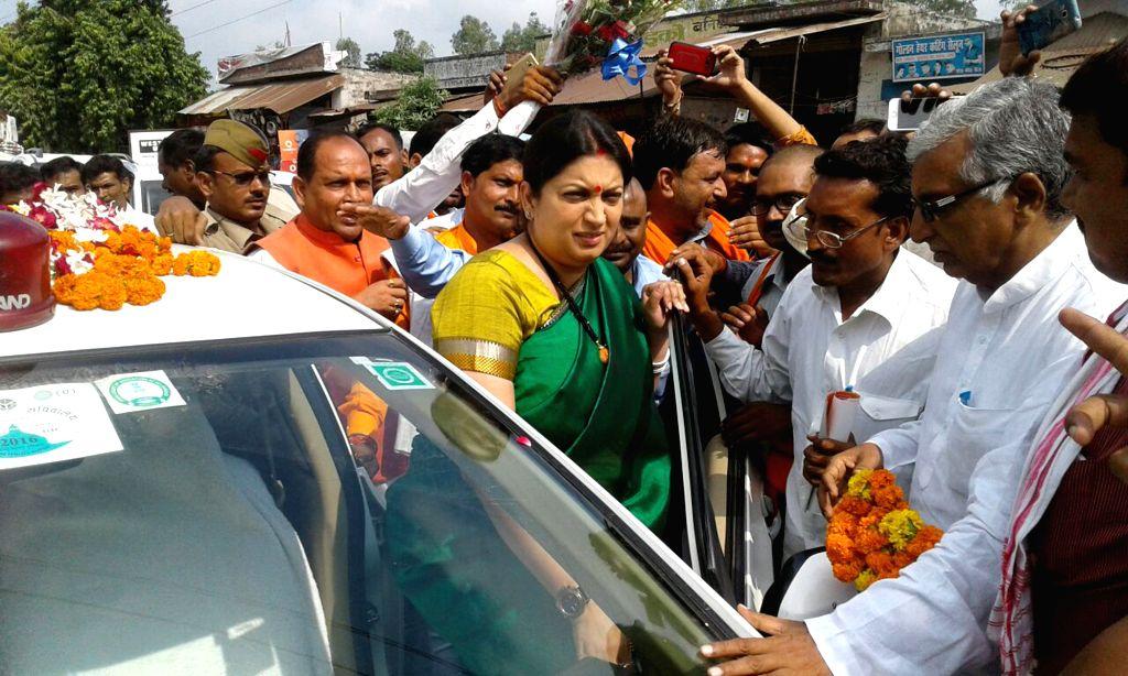 Rae Bareli: Union Textiles Minister Smriti Irani arrives in Rae Bareli, Uttar Pradesh on Sept 18, 2016. - Smriti Irani