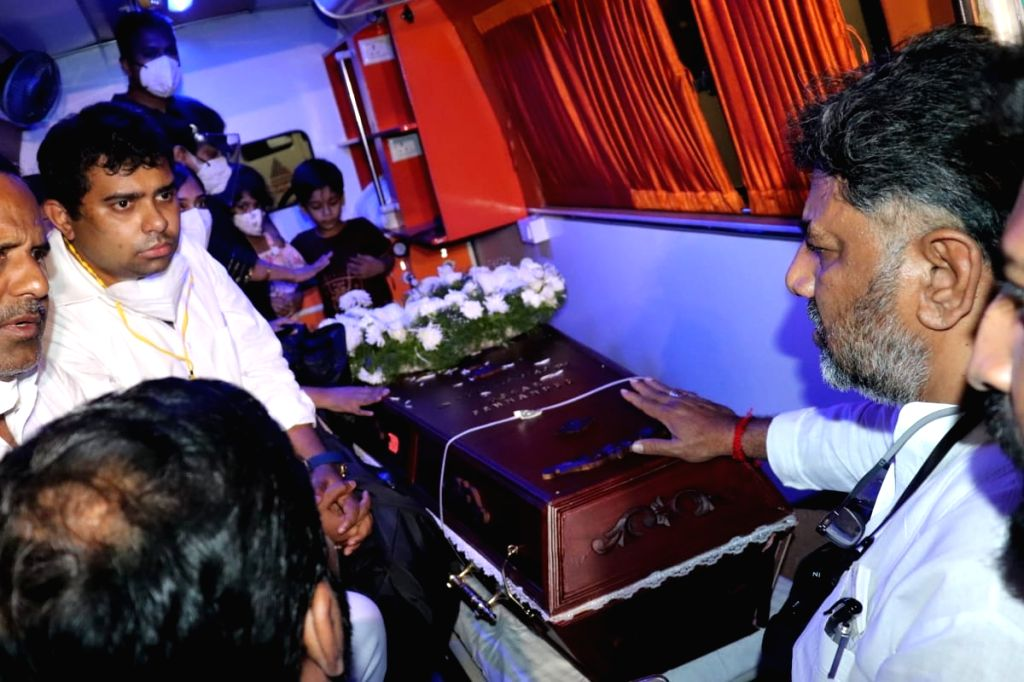 Rahul Gandhi, Cong netas in Bengaluru on Thursday for final respects to Oscar Fernandes story - Rahul Gandhi and Fernandes