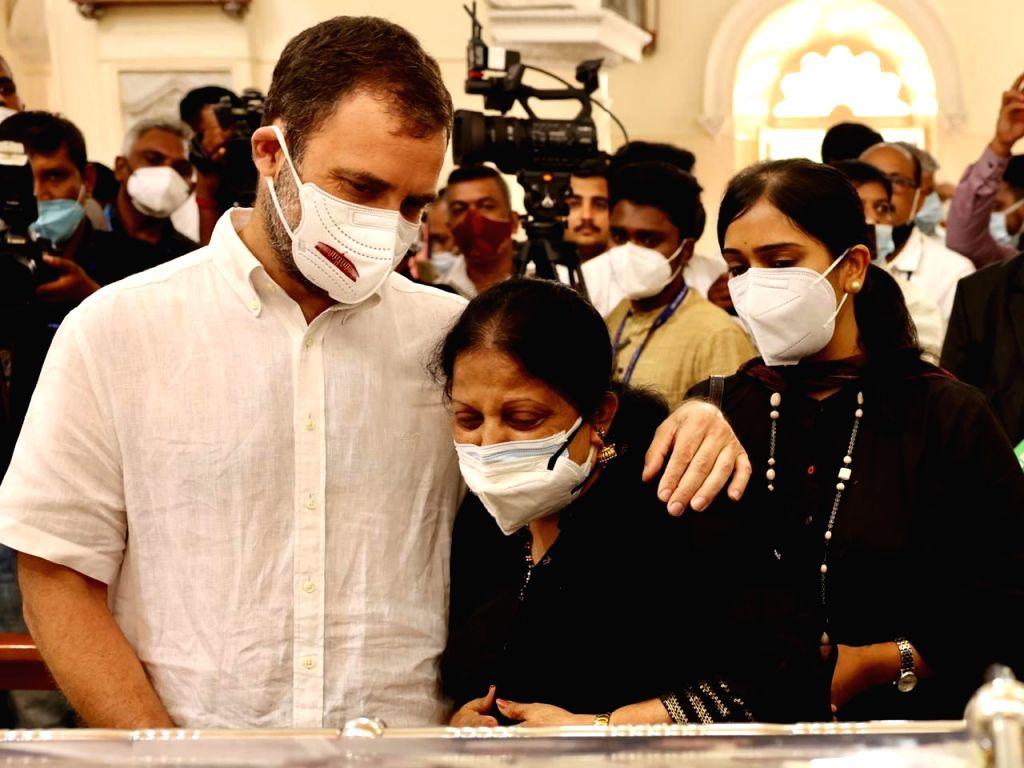 Rahul Gandhi payinh tributes to Oscar F - Rahul Gandhi