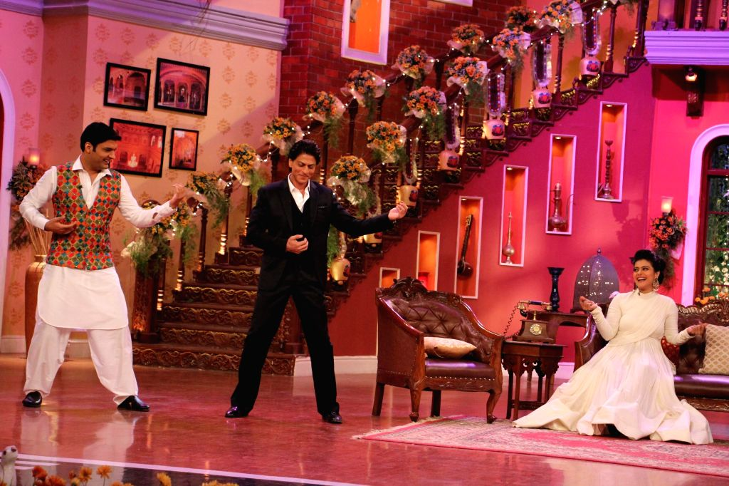 Raj aka Shahrukh trains Kapil to impress Simran aka Kajol on the sets of Comedy Nights With Kapil at Dilwale Dulhania Le Jayenge 1000 weeks completion special episode shoot on Comedy Nights With ... - Kajol