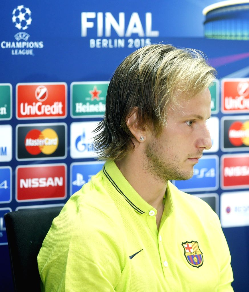 Rakitic goal takes Barcelona back to top in Spain
