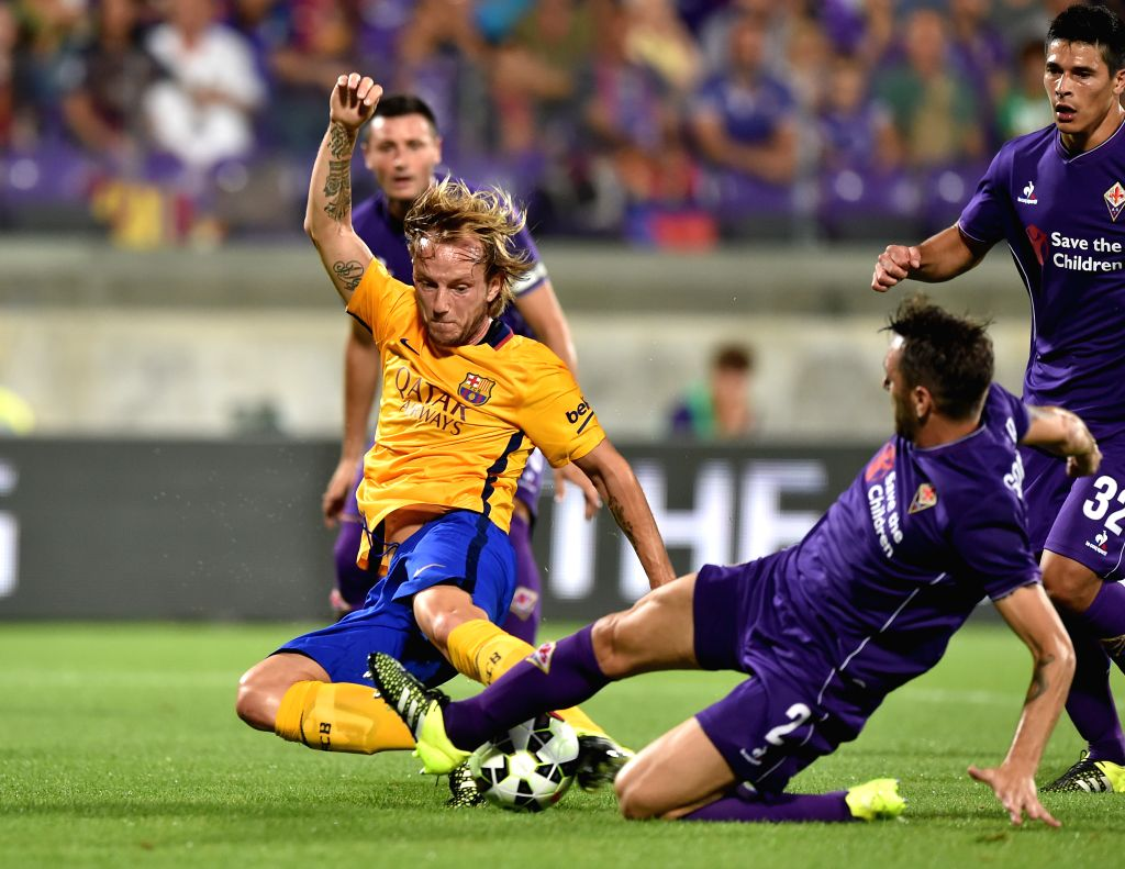 Rakitic (L) of Barcelona vies with Tomovic of Fiorentina during an International Cup friendly match in Florence, Italy, on Aug. 2, 2015. Fiorentina won 2-1. ...