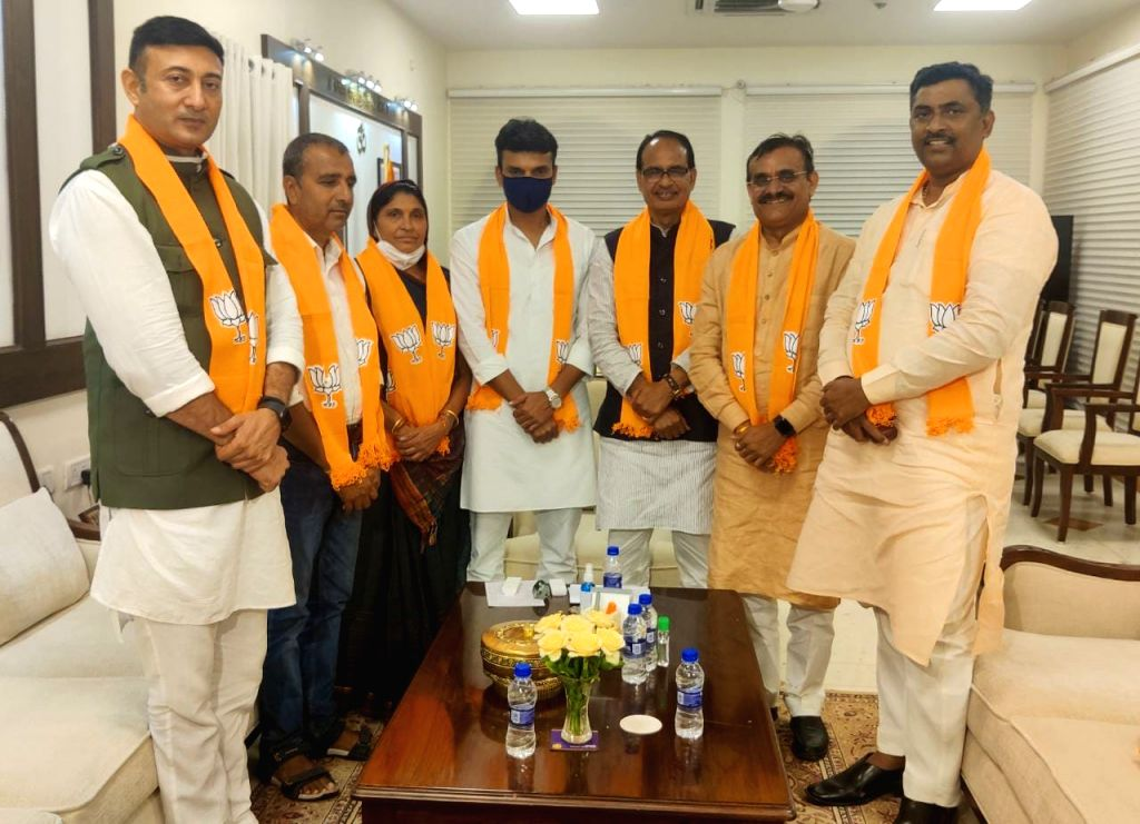 Ram, Gaya Ram's game came as soon as the by-elections came in MP, former MLA and Congress leader Sulochana Rawat joined BJP.