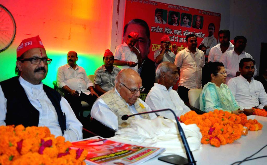 Ram Jethmalani and Amar Singh during a Samajwadi Party programme in Lucknow on July 3, 2016. - Amar Singh