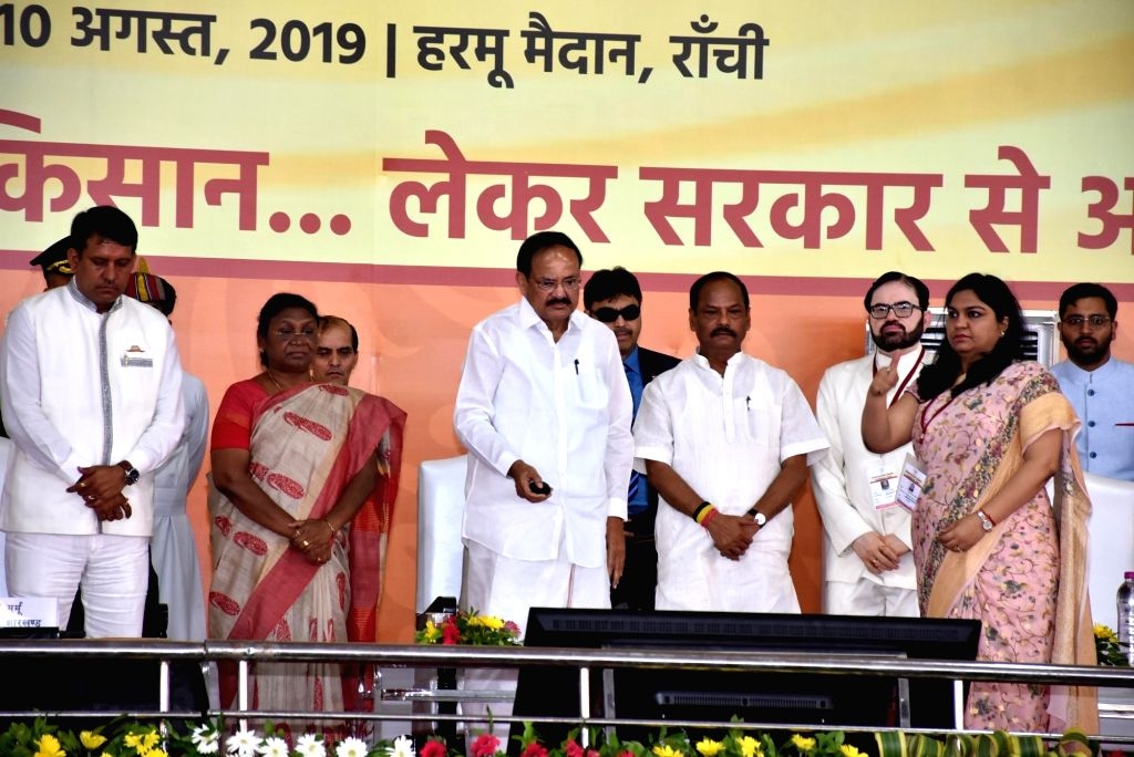 Ranchi: Vice President M. Venkaiah Naidu accompanied by Jharkhand Governor Draupadi Murmu and Chief Minister Raghubar Das launches Jharkhand government's scheme for farmers - Mukhyamantri Krishi Ashirvad Yojna,  in Ranchi on Aug 10, 2019. (Photo: IAN - Raghubar Das and M. Venkaiah Naidu