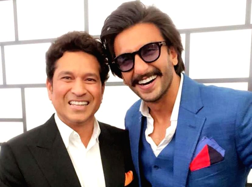 Ranveer poses with 'God of cricket' Tendulkar. (Photo: Twitter/@RanveerOfficial)