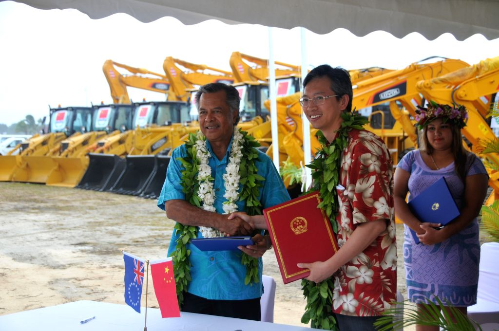 Prime Minister of the Cook Islands Henry Puna (L) shakes hands with Chinese Ambassador to New Zealand Wang Lutong (C) at the handover ceremony in the biggest ...